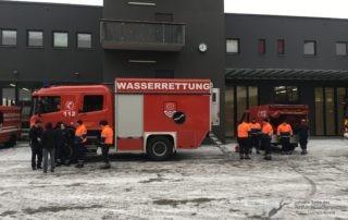 Rattungstaucher vor der Feuerwache in Mainz