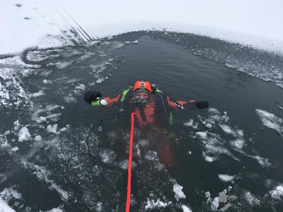 Taucher im Eis